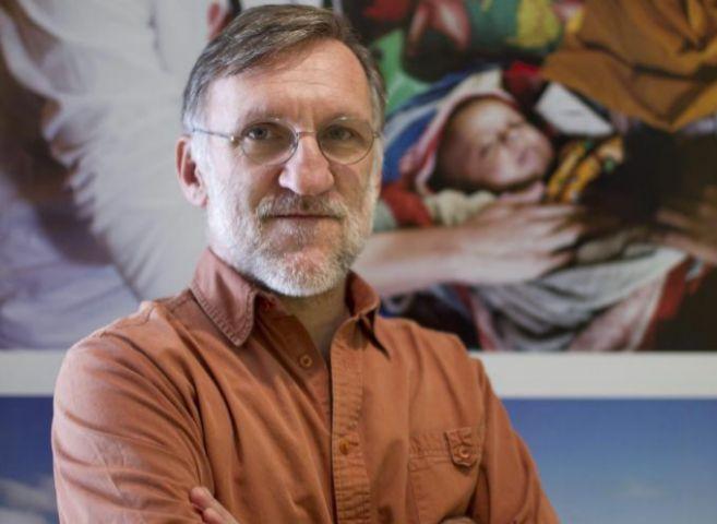 Bastos posa en la sede de MSF en Madrid