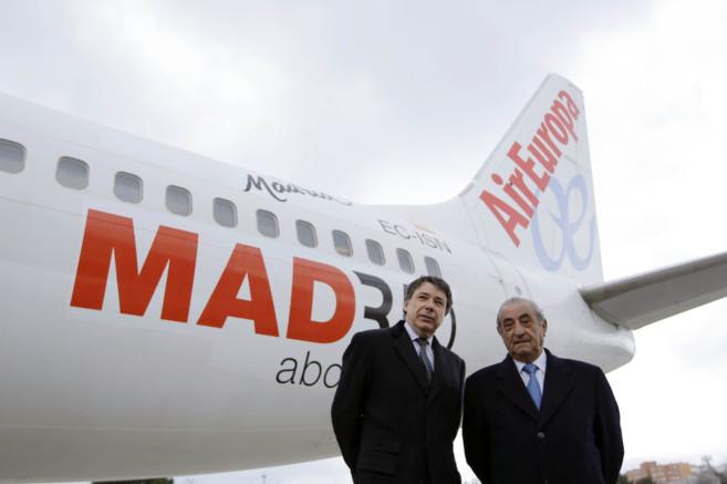 Ignacio González y Juan José Hidalgo, este lunes en Barajas.