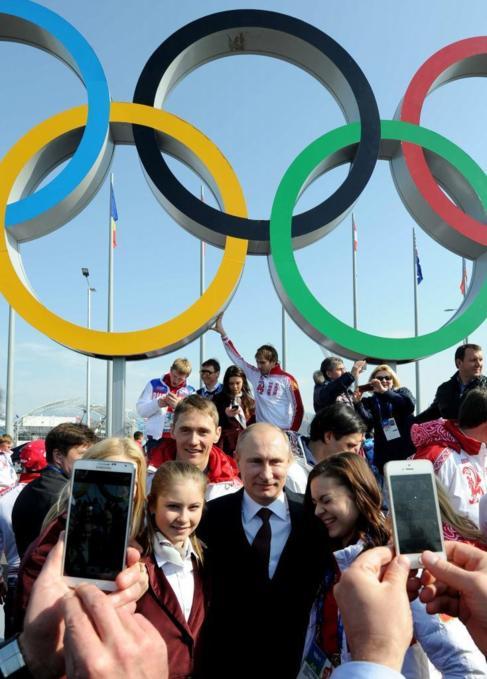 Putin, con el equipo ruso ganador del medallero en Sochi.