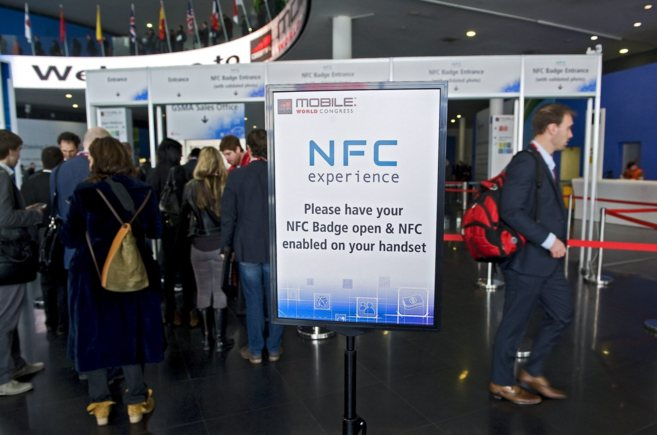Asistentes al Mobile World Congress en la zona NFC