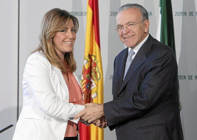Susana Díaz e Isidro Fainé se saludan tras la firma del convenio.