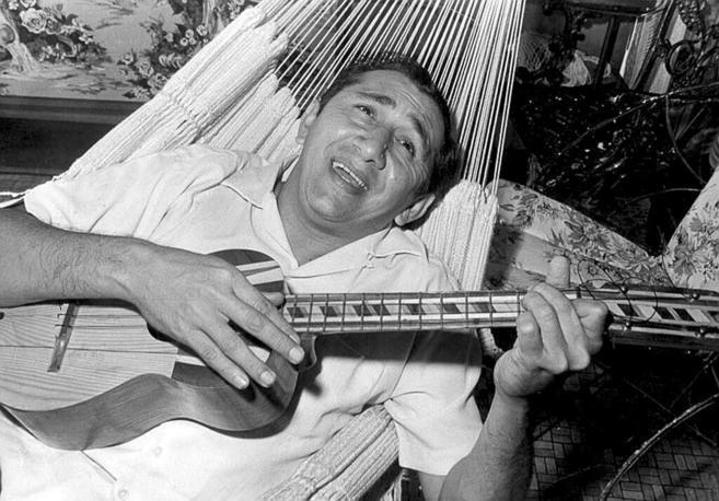 Simón Díaz, en su momento de esplendor en la hamaca.