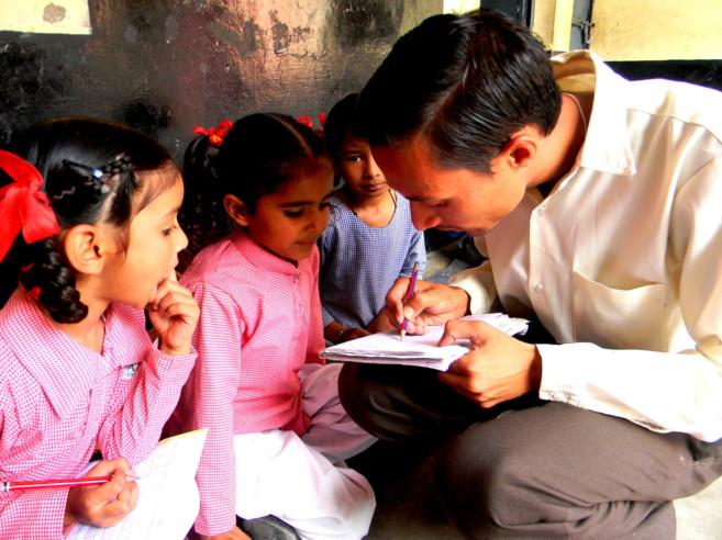 Uno de los profesores voluntarios de Pratham impartiendo clase a sus...