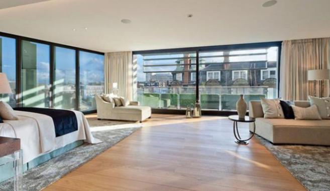El dormitorio de principal de la propiedad disfruta de vistas...