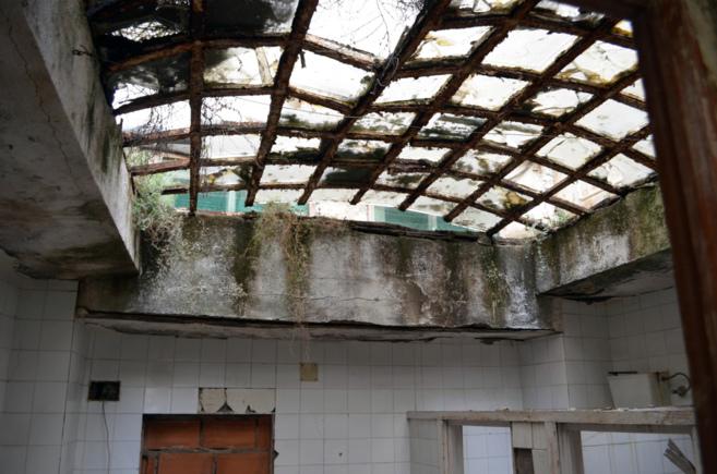 Imagen del interior del Hospital Provincial en ruinas.