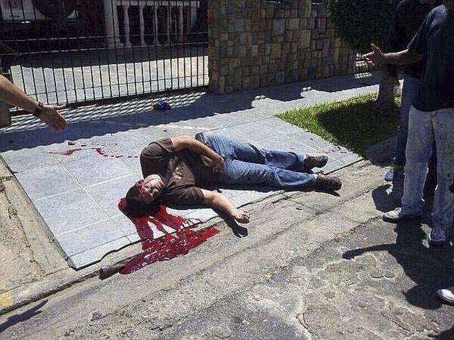 El cuerpo sin vida de Wilmer Carballo, tras recibir un disparo en la...