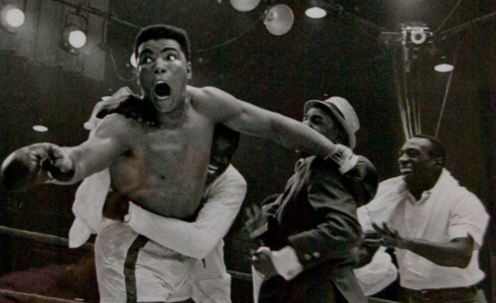 Muhammad Ali, todavía Cassius Clay, celebra su triunfo ante Sonny...