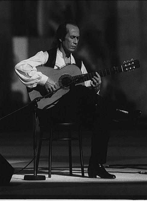 Paco de Lucía durante una actuación en 1994.