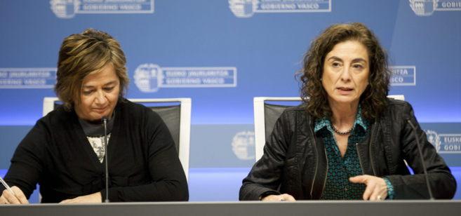 Crisitina Uriarte (d) con la viceconsejera de Educación, Arantza...