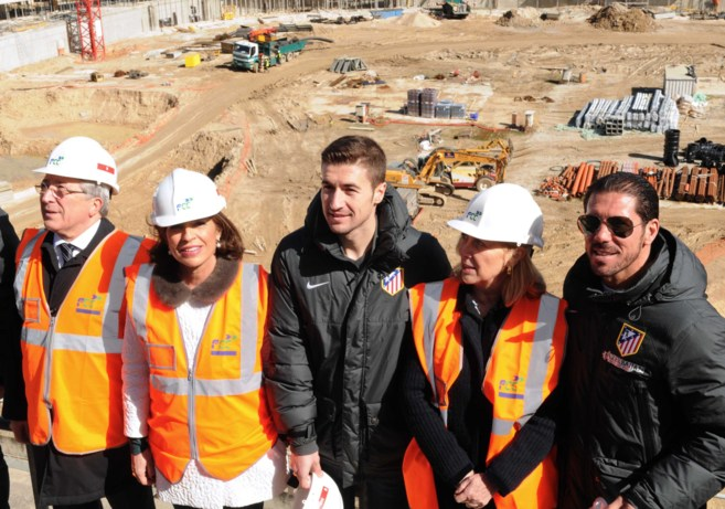 La alcaldesa, Ana Botella, junto al presidente del Atlético de Madrid...