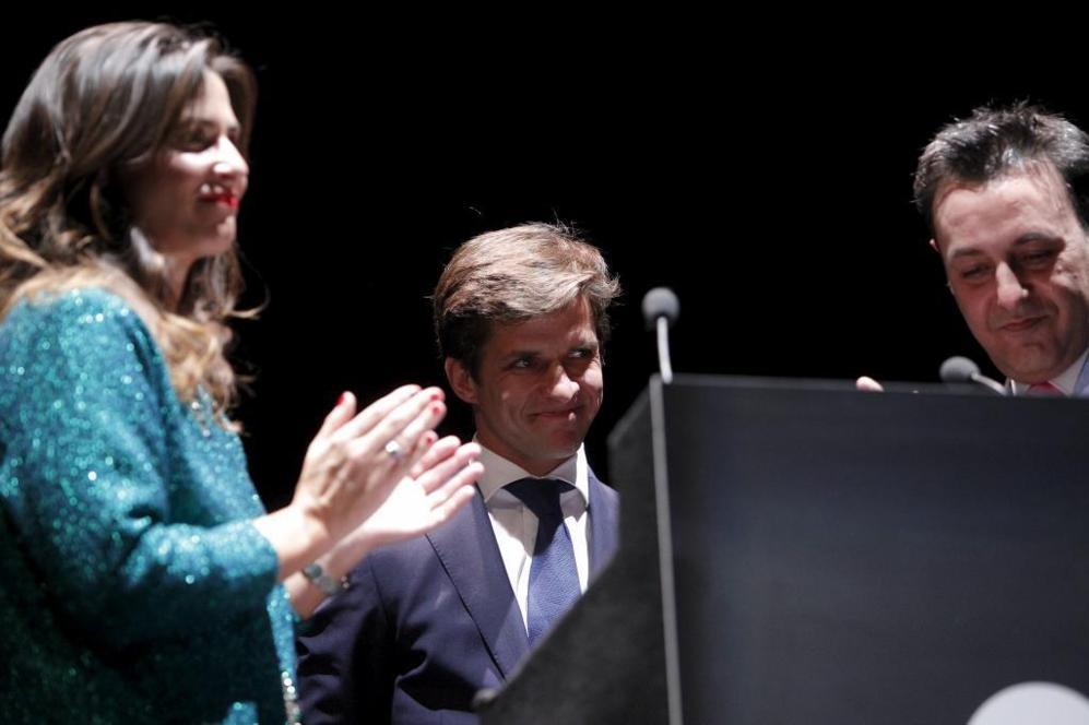 El Juli, entre Nuria Roca y José Ribagorda, presentadores del evento.