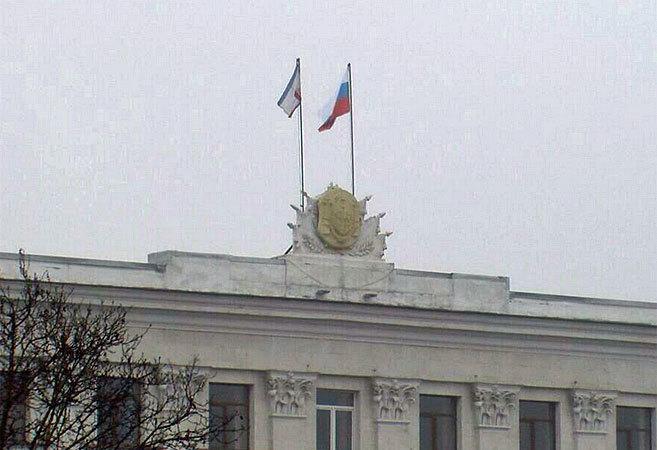 Imagen del edificio del Gobierno de Crimea esta mañana con la bandera...
