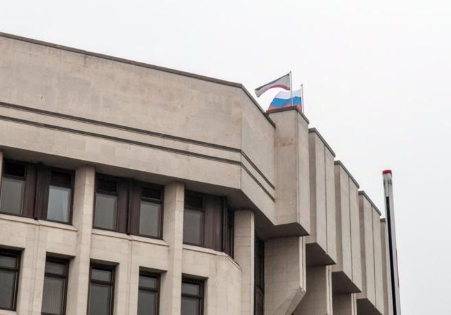 El edificio del Parlamento en Simferopol con la bandera rusa izada.