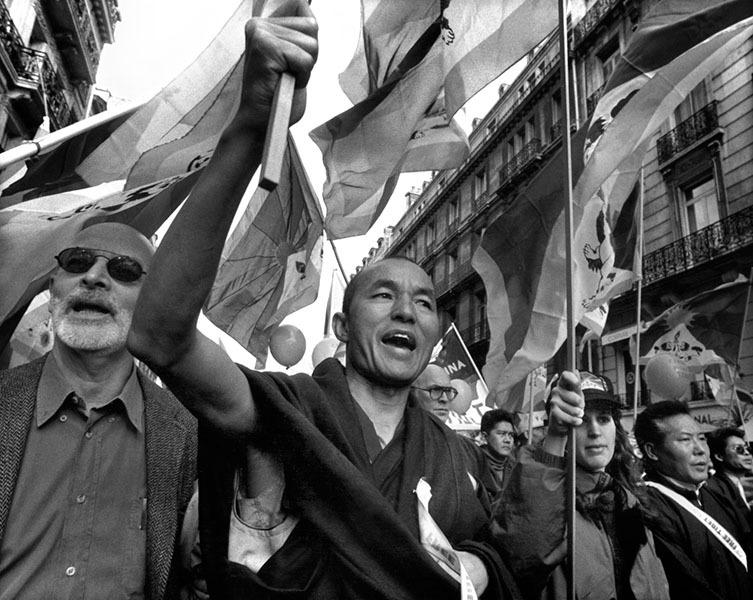 Thubten Wangchen (enl a imagen, en una manifestación en París)...
