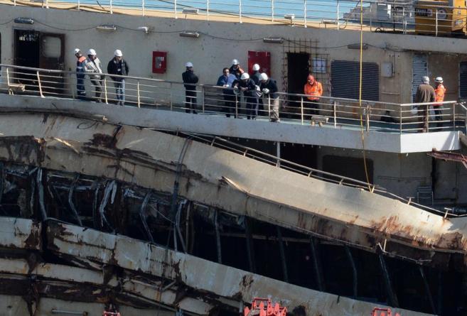 El capitán del Costa Concordia, Francesco Schettino, a bordo de la...
