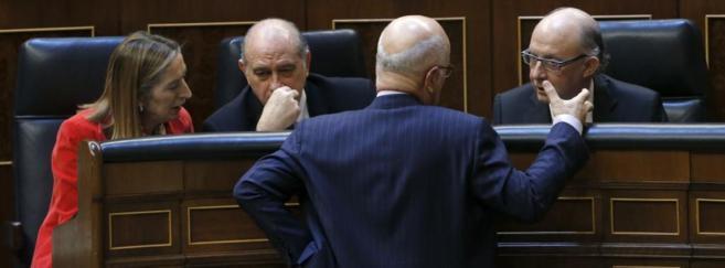El portavoz de CiU, Duran i Lleida (de espaldas), charla con los...