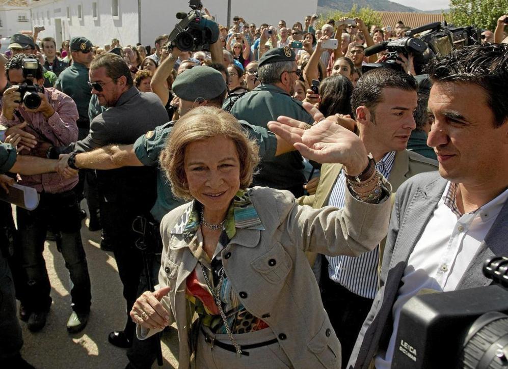 La reina saluda a los vecinos de Villanueva del Rosario en octubre de...