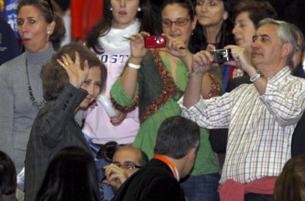 La reina Sofía saluda al público a su entrada en el Bizkaia Arena,...