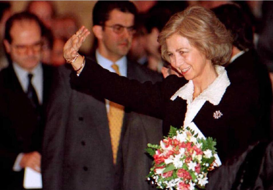 La reina saluda al público durante la gala de Reyes en el Teatro de...