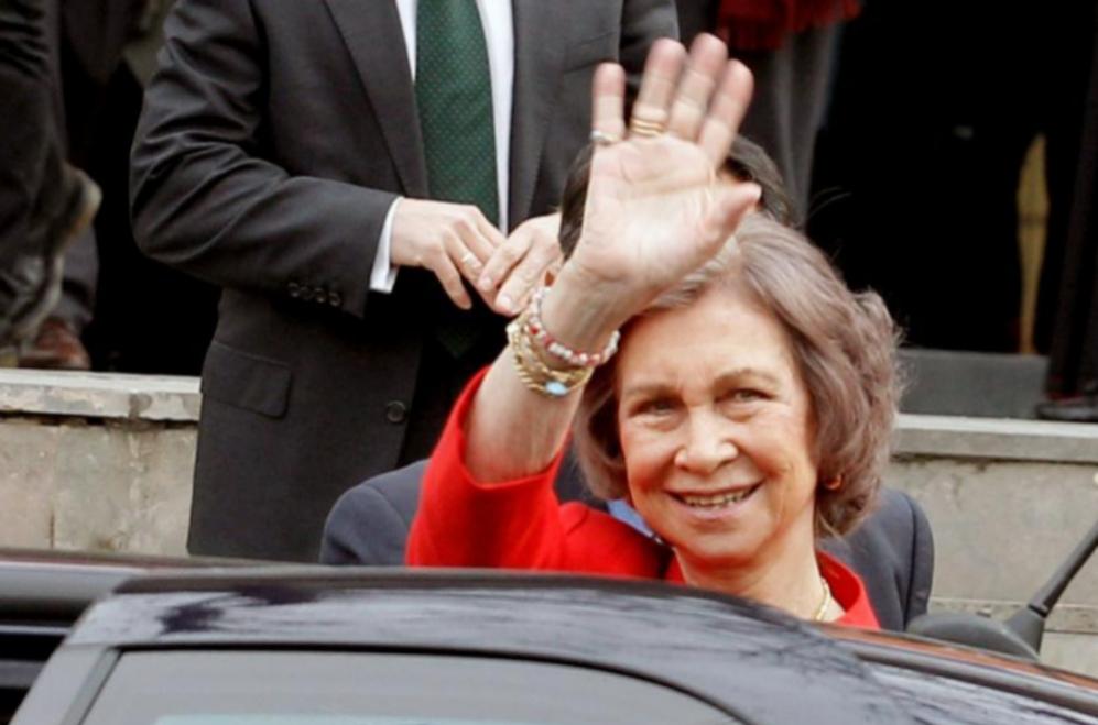La Reina Sofía saluda, la semana pasada,  a la salida de la...