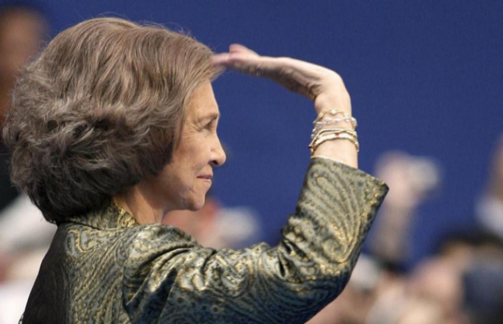 La Reina Sofía aparece de perfil, con la mano tan inclinada que...