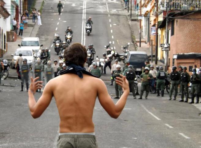 Un manifestante planta cara a los agentes de la Guardia Nacional en...
