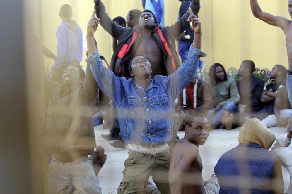 Varios subsaharianos muestran su alegría tras haber conseguido entrar...