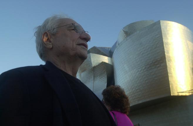 El arquitecto Frank Gehry junto al museo que diseñó en Bilbao