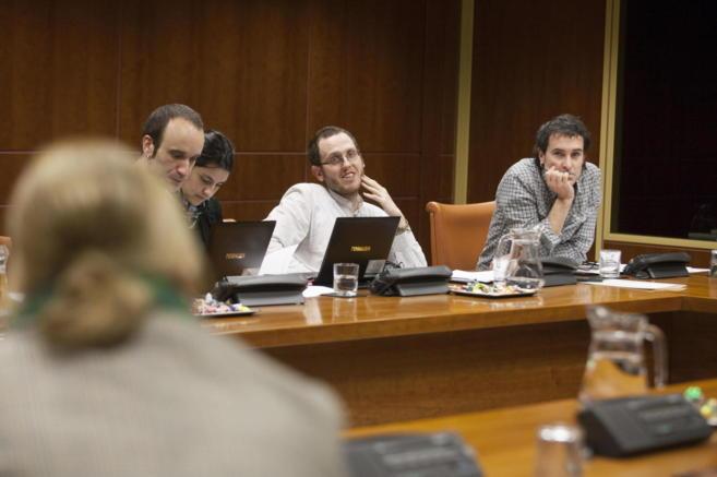 Los parlamentarios Julen Arzuaga (d) e Igor López de Munain durante...
