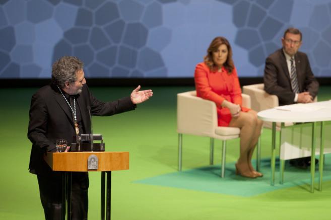 Miguel Ríos pronuncia su discurso, en presencia de Susana Díaz y el...