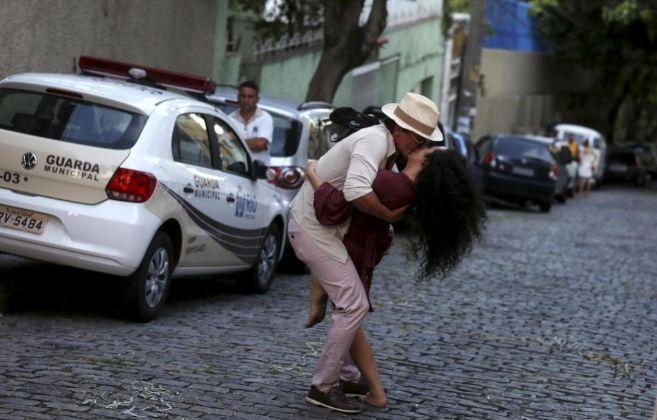 Una pareja se besa apasionadamente en la calle