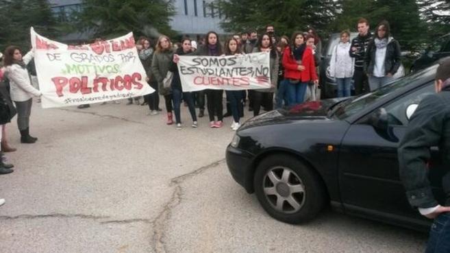 Alumnos protestan contra la eliminación de carreras, este viernes en...