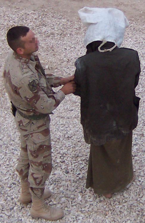 Un prisionero iraquí en Base España encapuchado.
