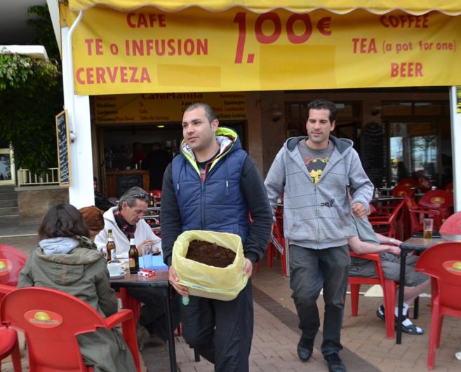 Los trabajadores de Cobey recogen posos de café de un bar.