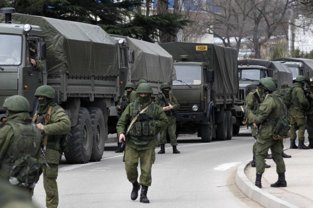 Grupos de soldados rusos patrullan en un puesto fronterizo en la...