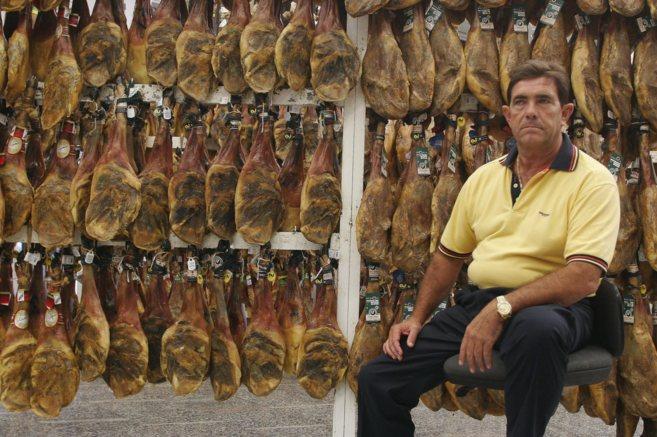 Juan Badía, rodeado de jamones en su empresa.
