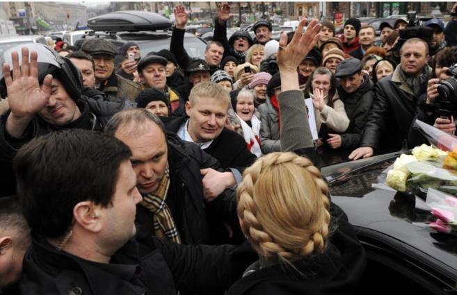 La líder opositora ucraniana Yulia Timoshenko saluda a sus...