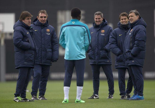 Martino, rodeado de su cuerpo técnico durante un entrenamiento.