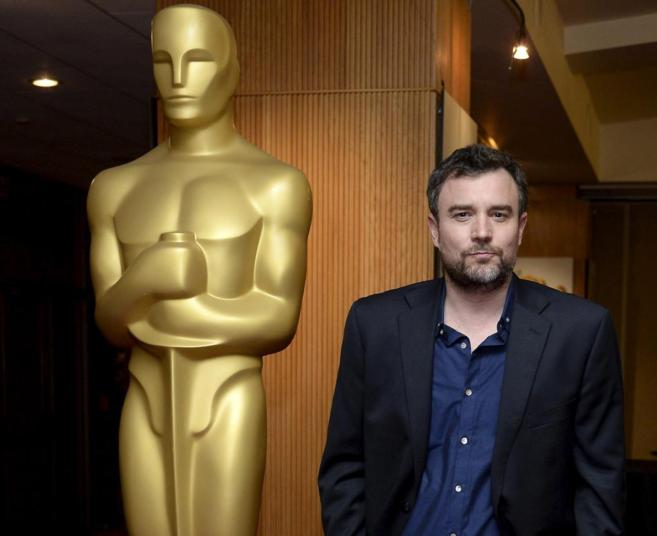 El cineasta español Esteban Crespo posa delante de una estatua de...