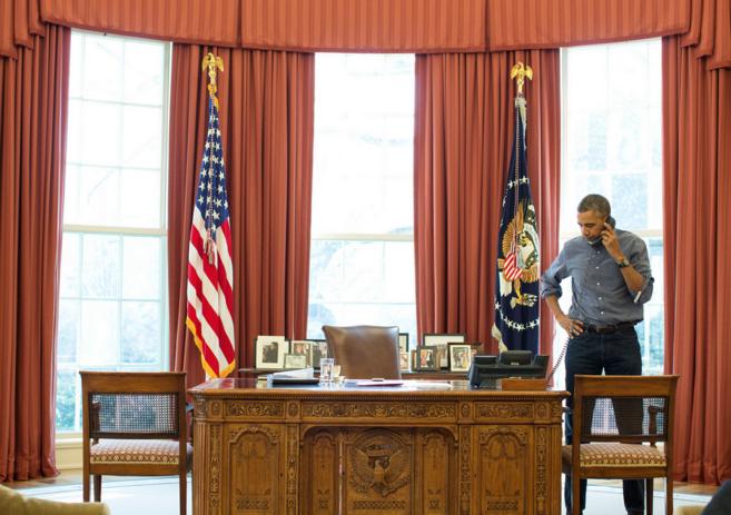 Imagen distribuida por la Casa Blanca en la que se ve a Obama durante...