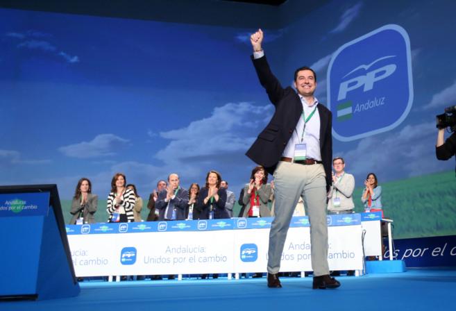 Juan Manuel Moreno saluda mientras recibe el aplauso de los asistentes...