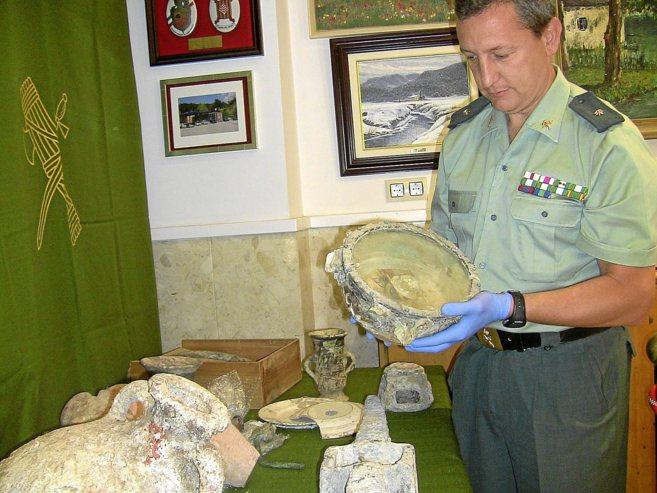 Un agente muestra las piezas recuperadas en la Operación Circinus.