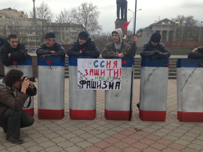 Carteles a favor de Rusia y en contra del fascismo en Simferopol.