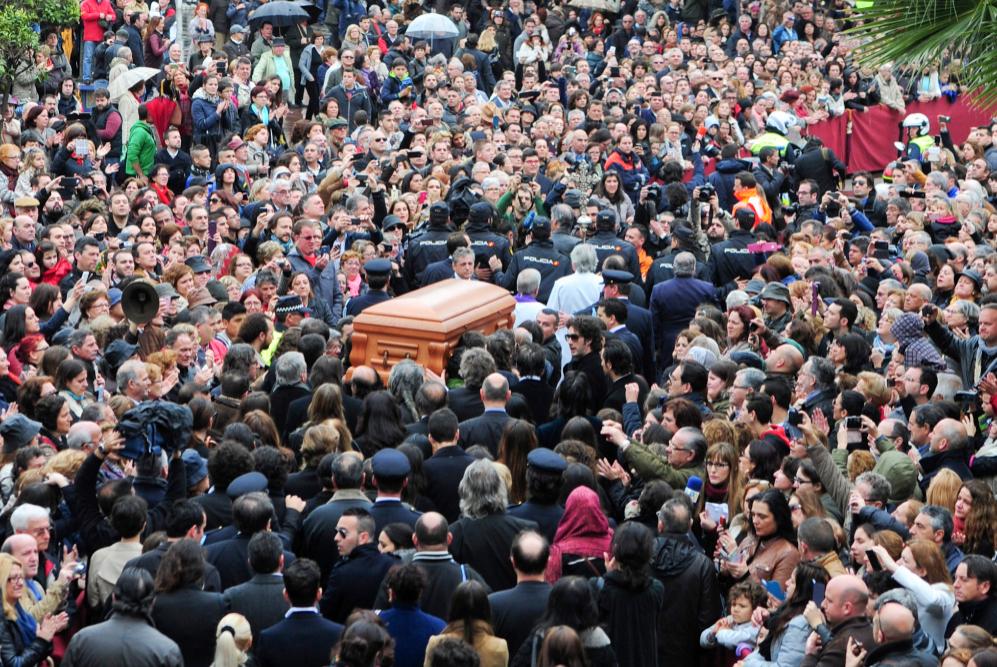 Multitud de personas conducen el féretro de Paco de Lucía hasta el...