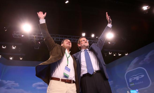Juan Manuel Moreno y Mariano Rajoy saludan a los asistentes al...