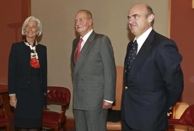 El Rey Juan Carlos, con la directora del FMI, Christine Lagarde, y el...