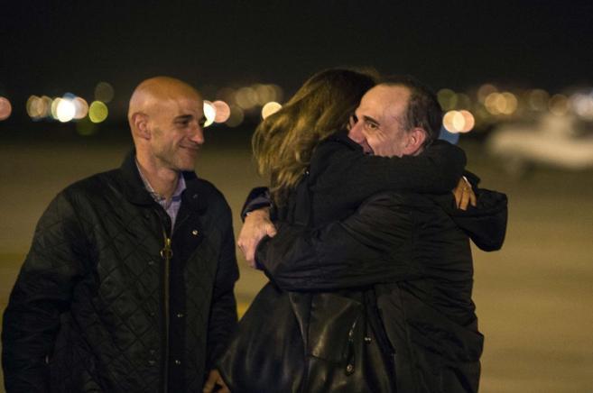 Marc Marginedas se abraza a su hermana en el aeropuerto de El Prat.