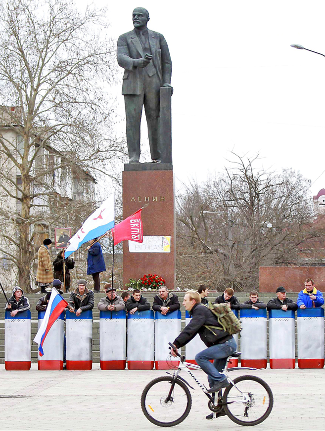 Barricada para proteger la estatua de Lenin en Simperofol.