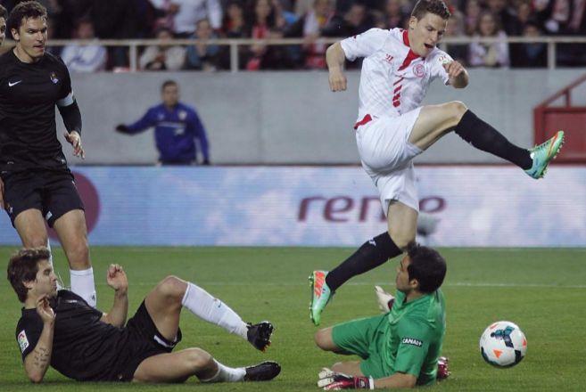 Gameiro se anticipa a Bravo en la acción del gol en el Pizjuán.