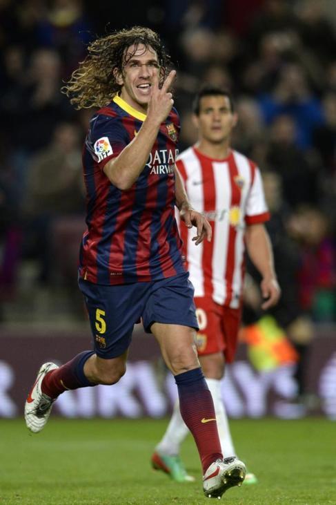 Puyol celebra ante Rafita su gol en el Camp Nou.